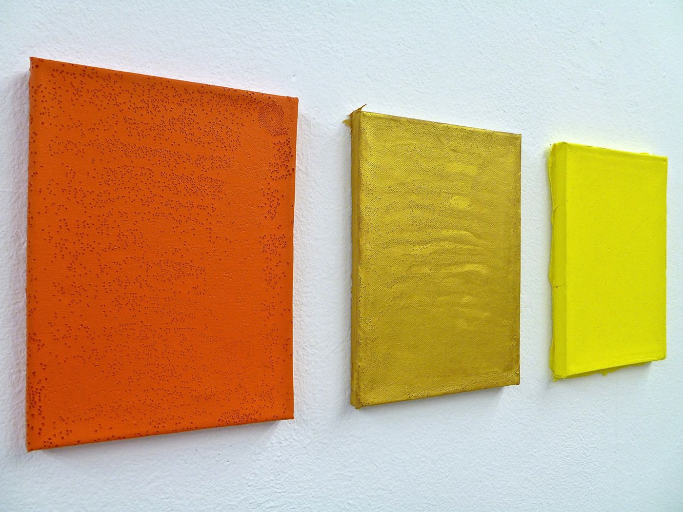Seitenaufnahme, Ateliersituation, Color for Paint, orange, gold and yellow